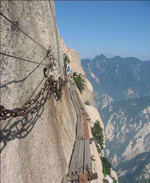 Mount-Huashan-The-narrow-path-most-dangerous-trail